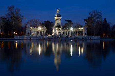 Vista nocturna del Monumento a Alfonso XII